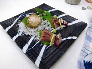 夕食です。まずアワビ付きお刺身登場。
