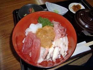 中央にシラヒゲウニの海鮮丼。