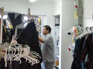 器材準備中の野田さん。
